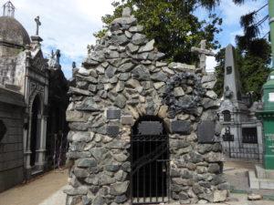 un mausolée tout en pierre