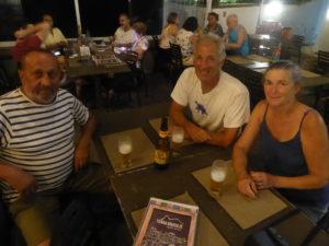 """au bar avec Marc ,un voyageur canadien que nous avons croisé plusieurs sur notre route  et comme dit Marc : """"El mundo es pèquenot"""