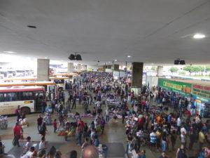 la gare omnibus avec tout un fouillis de voyageurs et de petits vendeurs