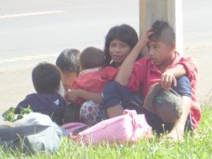 Petite famille attendant le bus