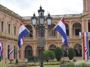 Le drapeau du Paraguay , les mêmes couleurs que la France