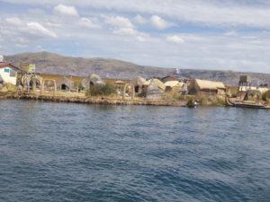 les îles flottantes sur le lac Titicaca