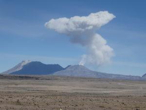 un volcan en activité que nous apercevons de la route
