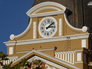 l'horloge de L'assemblée aux chiffres inversés