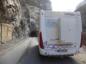 à l'entrée d'un tunnel