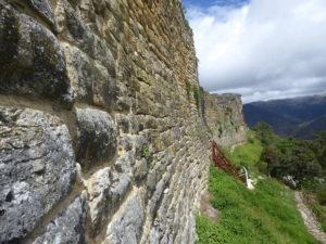 Le mur pouvant mesurer jusqu'à 20 m de hauteur