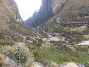 route très sinueuse en montagne