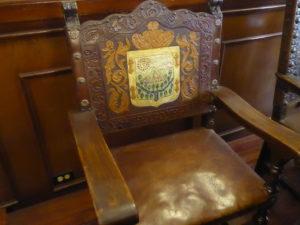 fauteuil en cuir sculpté