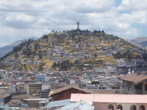 vue sur des collines entourant Quito.