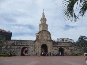 la porte de l'horloge à l'entrée de la ville historique