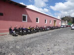 des motos bien garées