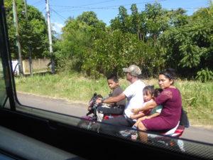 5 sur la moto et sans casque