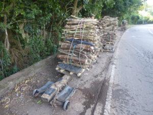 transport de bois pour descendre la route de montagne