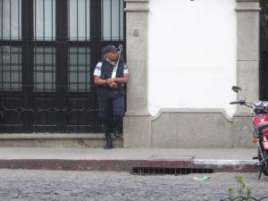 vigile armé que l'on rencontre partout
