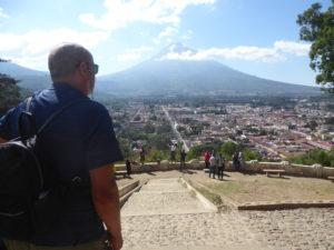 Vue du Mirador sur la ville d'Antigua et le volcan Agua