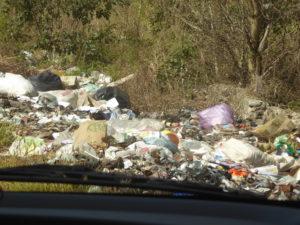en bord de route il y a aussi beaucoup de poubelles