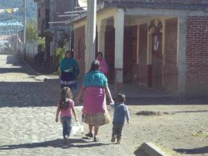 les femmes du village sont toutes vêtues de jupe plissée et d'un châle