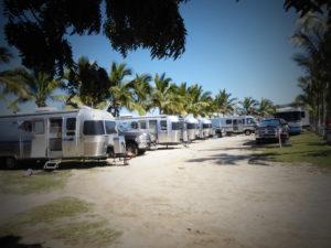 groupe de caravane venu des Etats Unis sur un camping