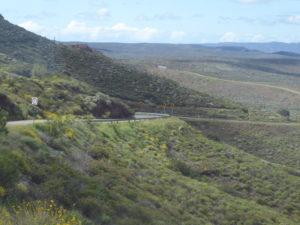 route étroite de montagne vers Ensenada