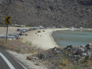 sur la route de santa rosalia , les plages sont envahies par les Américains du Nordet leur grand camping car