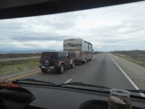 camping car américain avec la voiture à l'arrière : nous sommes bien petit à côté